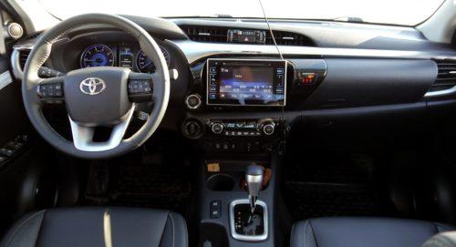 Передняя панель внутри автомобиля Тойота Хайлюкс 2019 модельного года