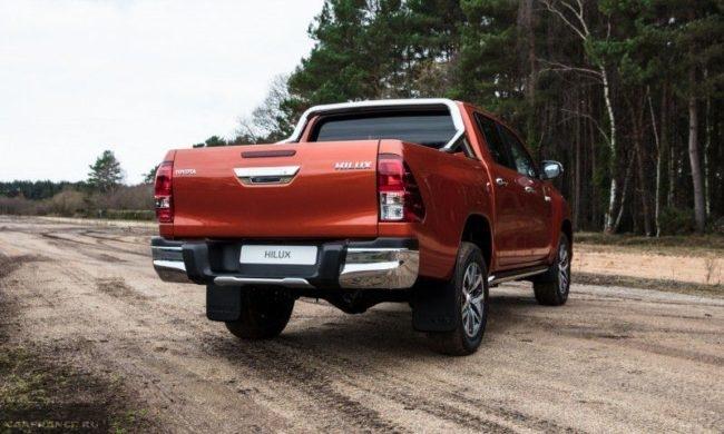 Внешний облик задней части пикапа Тойота Хайлюкс 2019 года в новом кузове