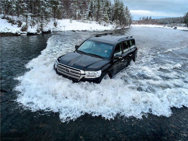 Преодоление брода на внедорожном автомобиле Тойота Ленд Крузер 200 в новом кузове