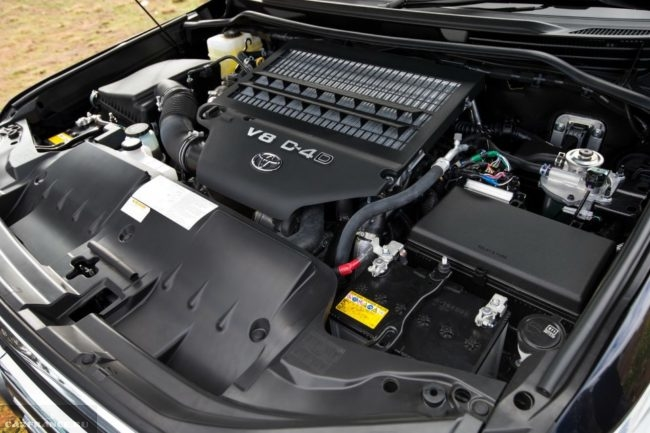8-цилиндровый бензиновый двигатель под капотом Тойота Ленд Крузер 200 2019 модельного года