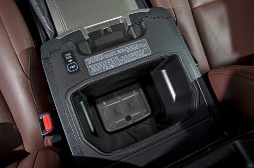 Отсек для охлаждения бутылок с напитками в Тойота Ленд Крузер 200 2019 года выпуска