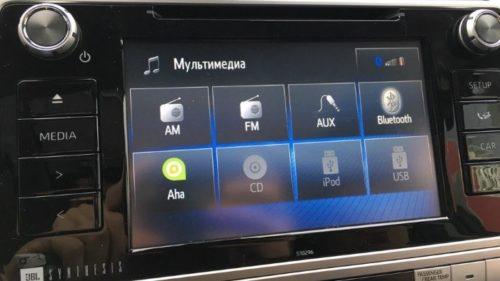 Сенсорный экран мультимедийной системы в салоне Тойота Прадо 2019 года