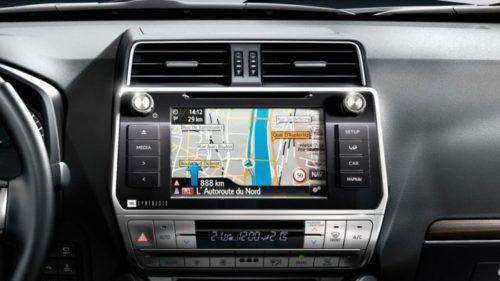 Дисплей навигационной системы на панели кроссовера Тойота Прадо 2019 года производства