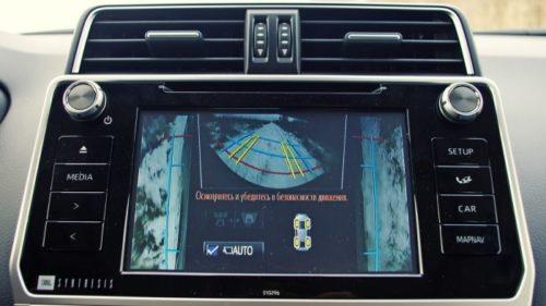 Центральный дисплей в салоне внедорожника Тойота Прадо 2019 модельного года