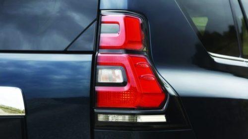 Внешний вид заднего фонаря на автомобиле Тойота Прадо 2019 модельного года