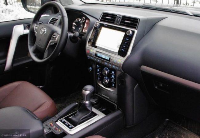 Рычаг переключения передач внутри автомобиля Тойота Прадо 2019 модельного года