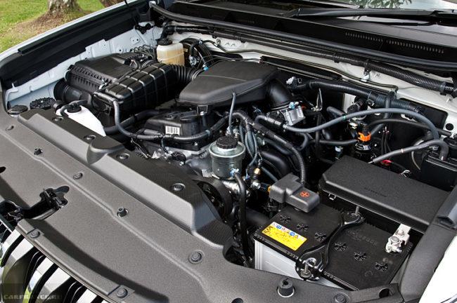 Бензиновый двигатель мощностью в 163 лошадиные силы под капотом Тойота Ленд Крузер Прадо 2019 года