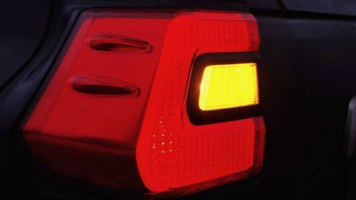 Желтый квадратик в заднем фонаре Тойота Прадо 2019 года при включенном сигнале поворота