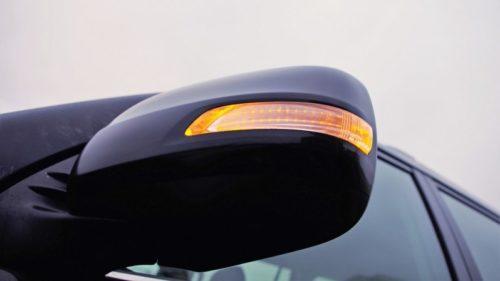 Боковое зеркало заднего вида в Тойота Прадо 2019 года с включенным повторителем указателя поворотов