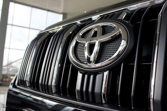 Декоративная решетка радиатора на автомобиле Тойота Прадо 2019 модельного года