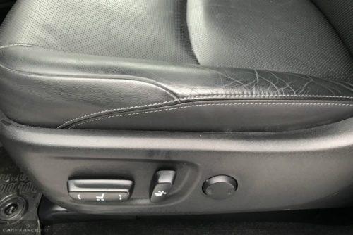 Рукоятки управления положением водительского сидения в Тойота Прадо 2019 года