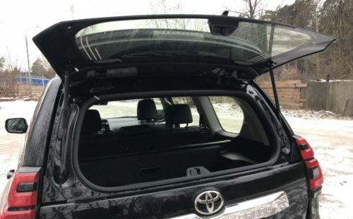 Поднятое стекло в задней двери кроссовера Тойота Прадо 2019 года производства