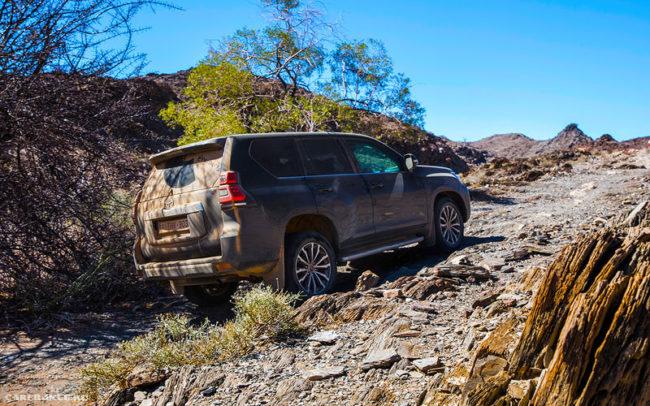 Преодоление каменистого участка трассы на внедорожнике Тойота Ленд Крузер Прадо 2019 модельного года