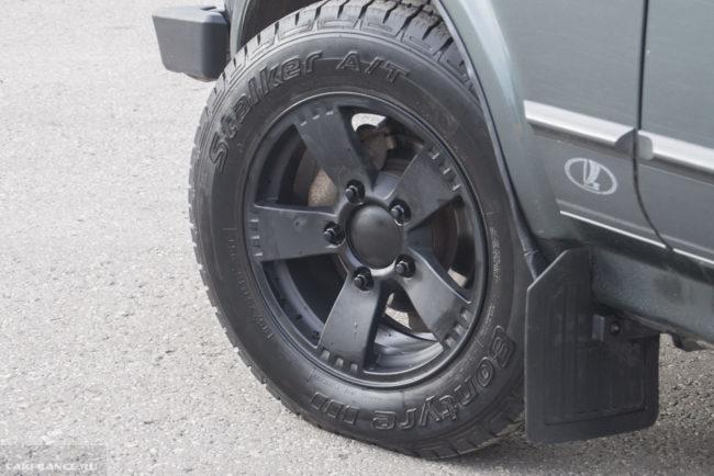 Литой диск черного цвета на переднем колесе Лада Нива 4х4 комплектация Black Edition