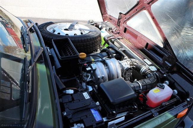 Моторный отсек в автомобиле повышенной проходимости Лада Нива 4х4 Бронто