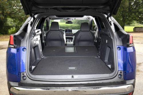 Багажное отделение кроссовера Пежо 3008 2019 года при опущенных спинках сидений