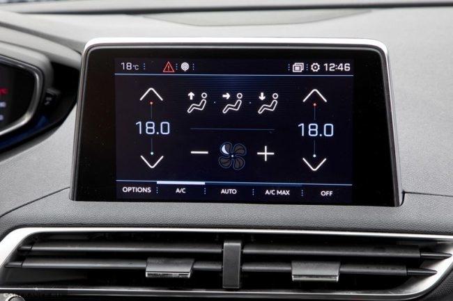 Сенсорный дисплей на передней панели в автомобиле Пежо 3008  в новом кузове