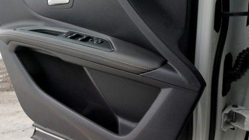 Подлокотник на дверной обшивке в Пежо 3008 2019 модельного года