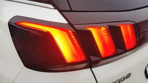 Включенные огни заднего фонаря французского автомобиля Пежо 3008 2019 года