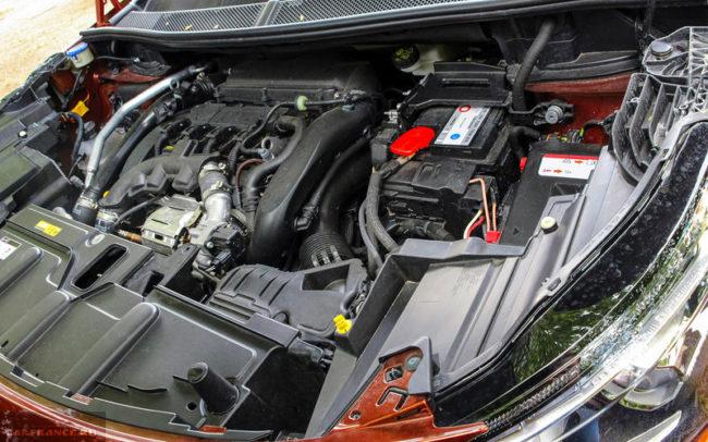 Бензиновый двигатель мощностью в 150 л/с под капотом Пежо 3008 в новом кузове оранжевого цвета