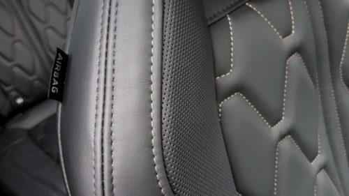 Кожаная обивка водительского сидения в автомобиле Пежо 3008 2019 года производства