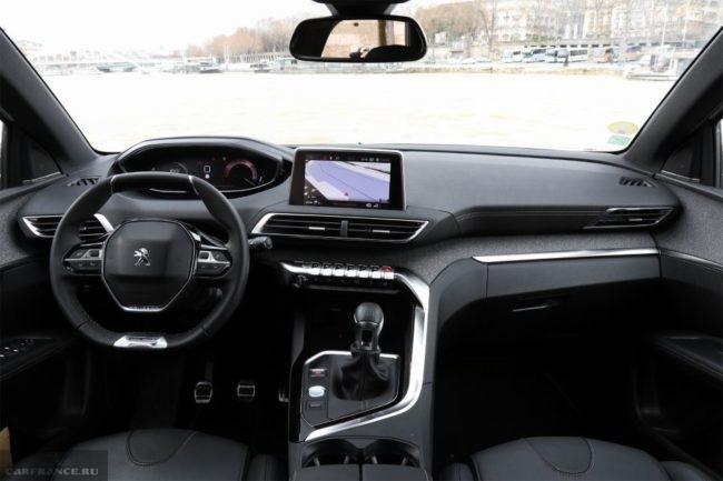 Передняя консоль с двумя дисплеями в салоне обновленной версии Пежо 3008 2019 года