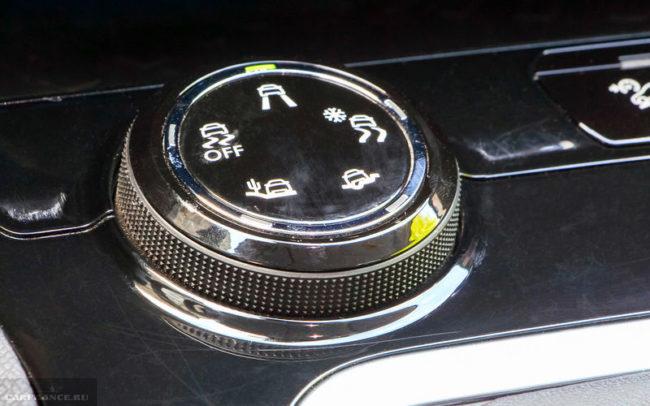Рукоятка выбора режима работы трансмиссии на консоли автомобиля Пежо 3008 вблизи