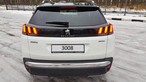 Большое стекло на двери багажника в автомобиле Пежо 3008 2019 года производства
