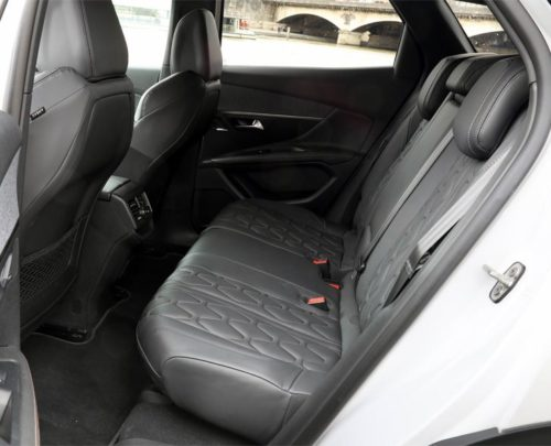 Задний ряд пассажирских сидений в новом Пежо 3008 2019 модельного года