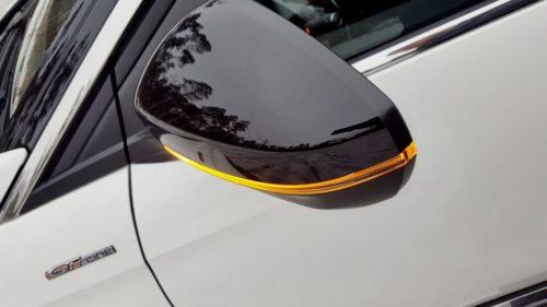 Желтая полоска светодиодного указателя поворотов в наружном зеркале кроссовера Пежо 3008 2019 года