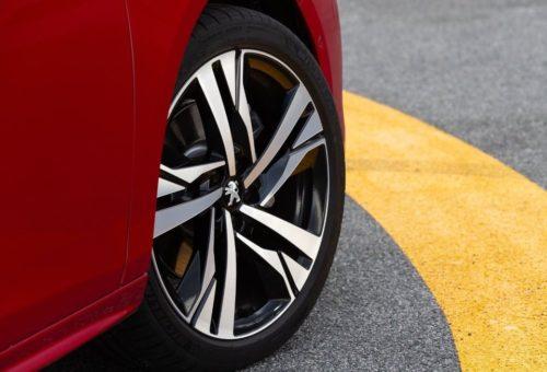 Переднее колесо на литом диске обновленного Пежо 508 2019 года