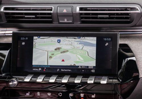 Дисплей навигатора на передней панели в Пежо 508 2019 года выпуска