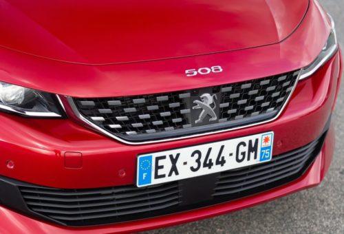Хромированная окантовка на решетке радиатора автомобиля Пежо 508 2019 года выпуска