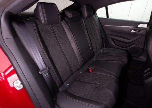Пассажирские сидения в задней части салона Пежо 508 2019 модельного года