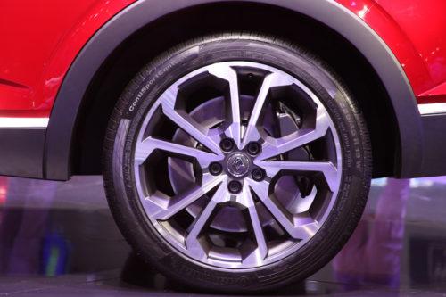 Низкопрофильная покрышка на литом диске колеса автомобиля Рено Аркана