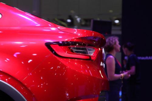 Красный спойлер на крышке багажного отделения автомобиля Рено Аркана 2019 года