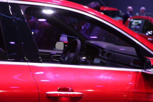 Полупрозрачное стекло в передней двери автомобиля Рено Аркана 2019 года