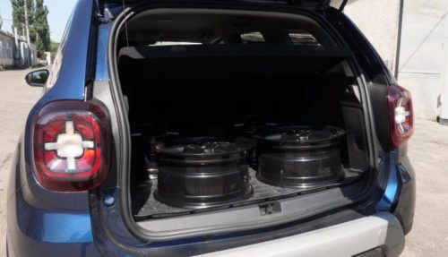 Литые диски на полу багажника в новом Рено Дастер 2019 года производства