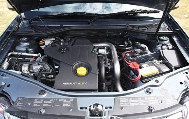 Дизельный двигатель в моторном отсеке Рено Дастер 2019 модельного года
