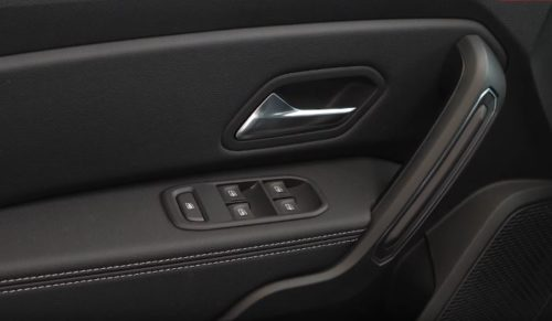 Кнопки стеклоподъемников на подлокотнике водителя в новом Рено Дастер 2019 года