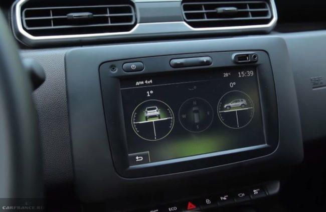 Мультимедийный дисплей на передней консоли внутри автомобиля Рено Дастер 2019 года