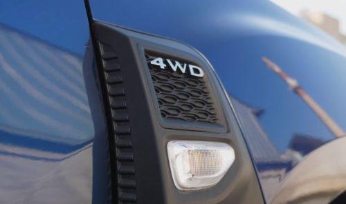 Пластиковая накладка на синем кузове Рено Дастер 2019 года