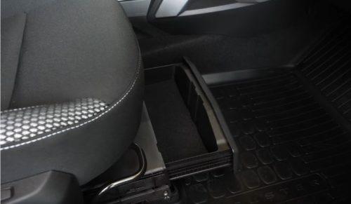 Удобный ящих для хранения вещей под сиденьем внутри Рено Дастер 2019 года