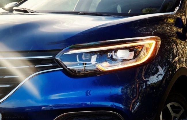 Светодиодные огни дневного света в передней фаре Рено Каджар в кузове 2019 года