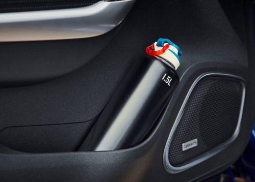 Полуторалитровый флакон в кармане двери автомобиля Рено Каджар 2019 модельного года