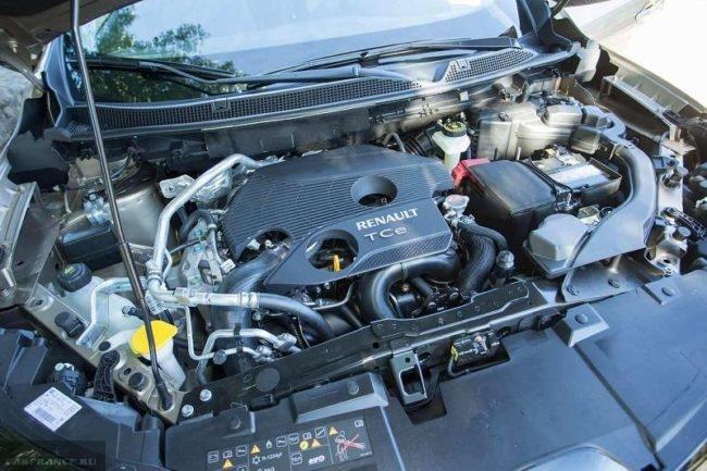 Моторный отсек Рено Каджар 2019 модельного года с поднятым капотом Tce двигатель
