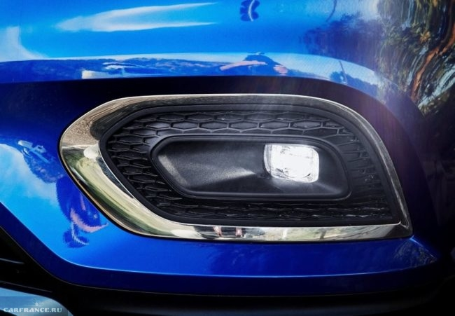 Фара противотуманного света в переднем бампере автомобиля Рено Каджар 2019 года производства