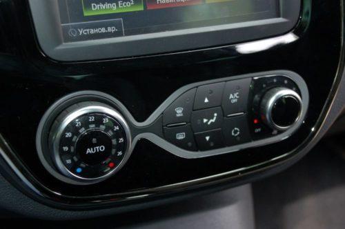 Кнопки управления климатической установкой на консоли автомобиля Рено Каптур 2019 модельного года