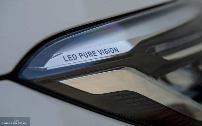 Надпись LED PURE VISION внутри передней фары на Рено Каптур