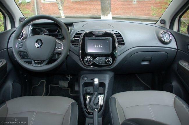 Передняя консоль внутри нового паркетника Рено Каптур в новом кузове
